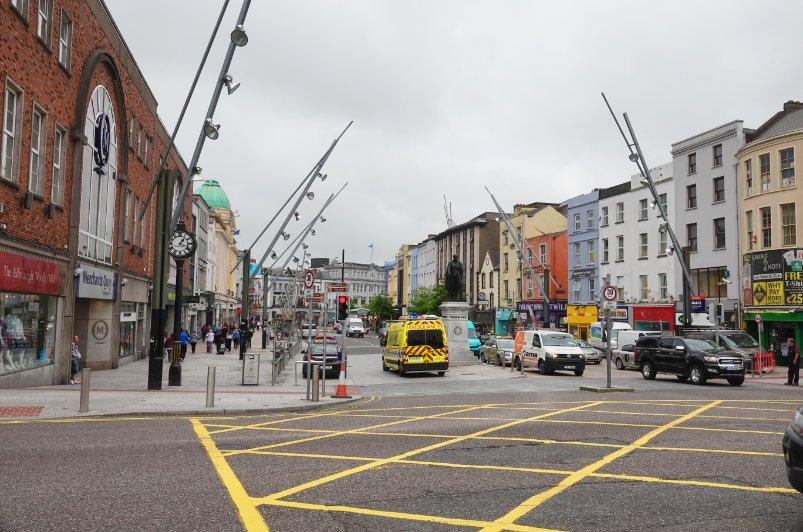 Cork Innenstadt mit den dort typischen Straßenlaternen