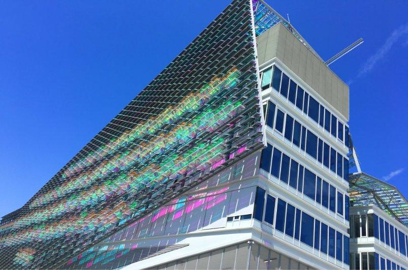 Moderne Lichtkunst an einer Bürohaus-Facade