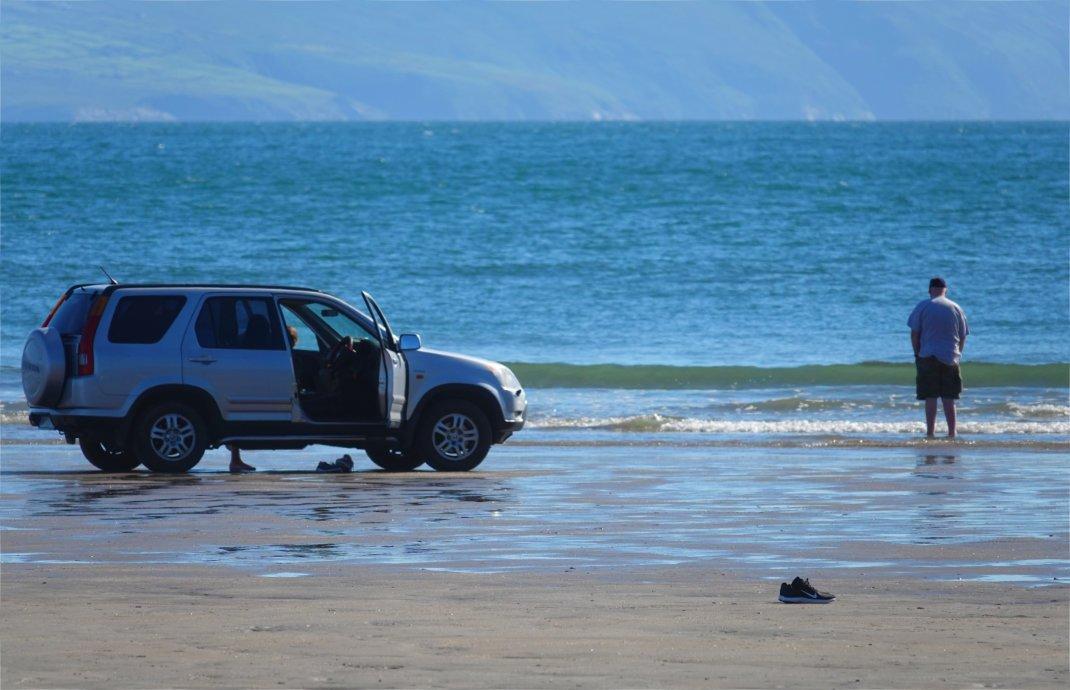 Hier steht ein Auto schon fast im Wasser