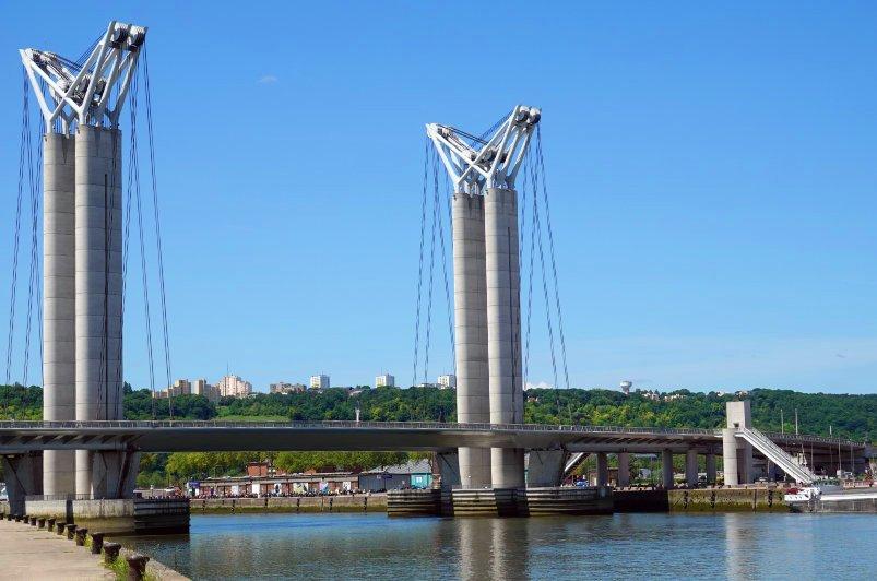 Moderne Hubbrücke über die Seine