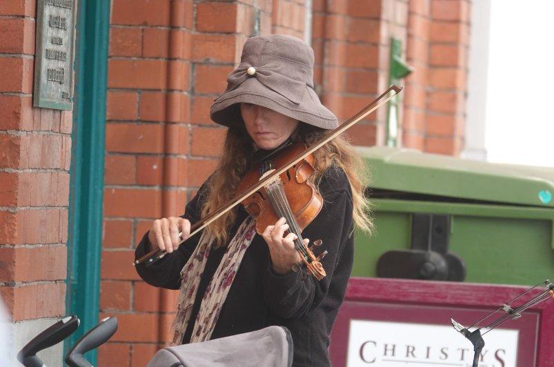 Straßenmusikerin in Cobh