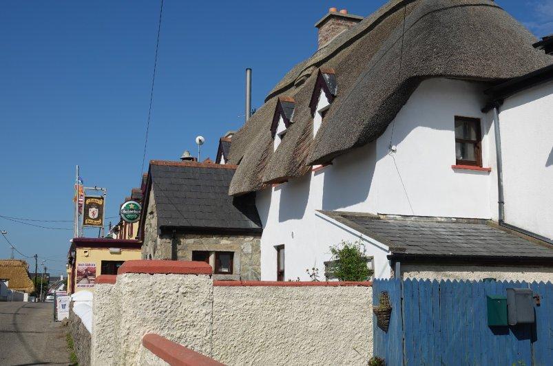 """Der """"James Kehoe"""" Pub mit seinem schönen Reetdach"""