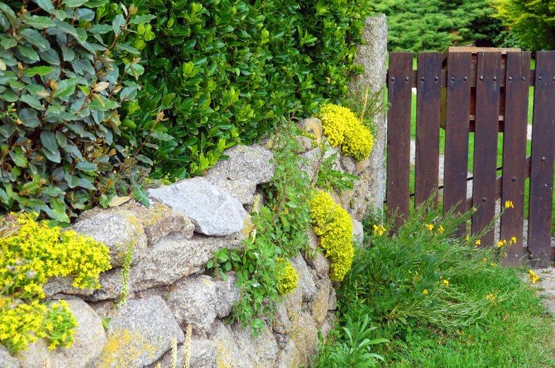 Granitsteinmauer an der Küste