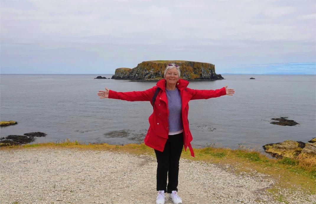 Anne posiert vor Sheep Island