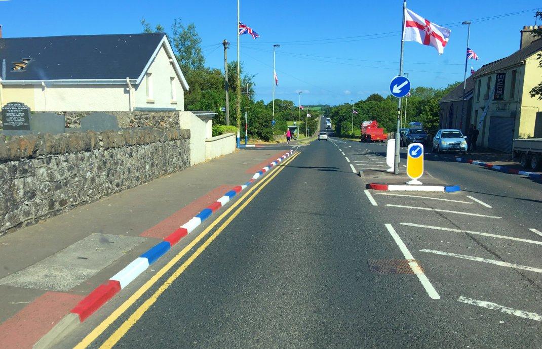 Häufiges Bild in Nordirland: Britische und nordirische Flaggen