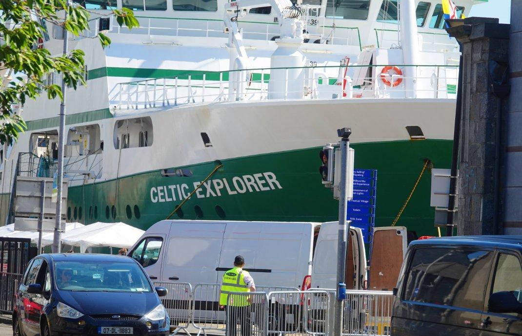 """Forschungsschiff """"Celtic Explorer"""" im Hafen von Galway"""