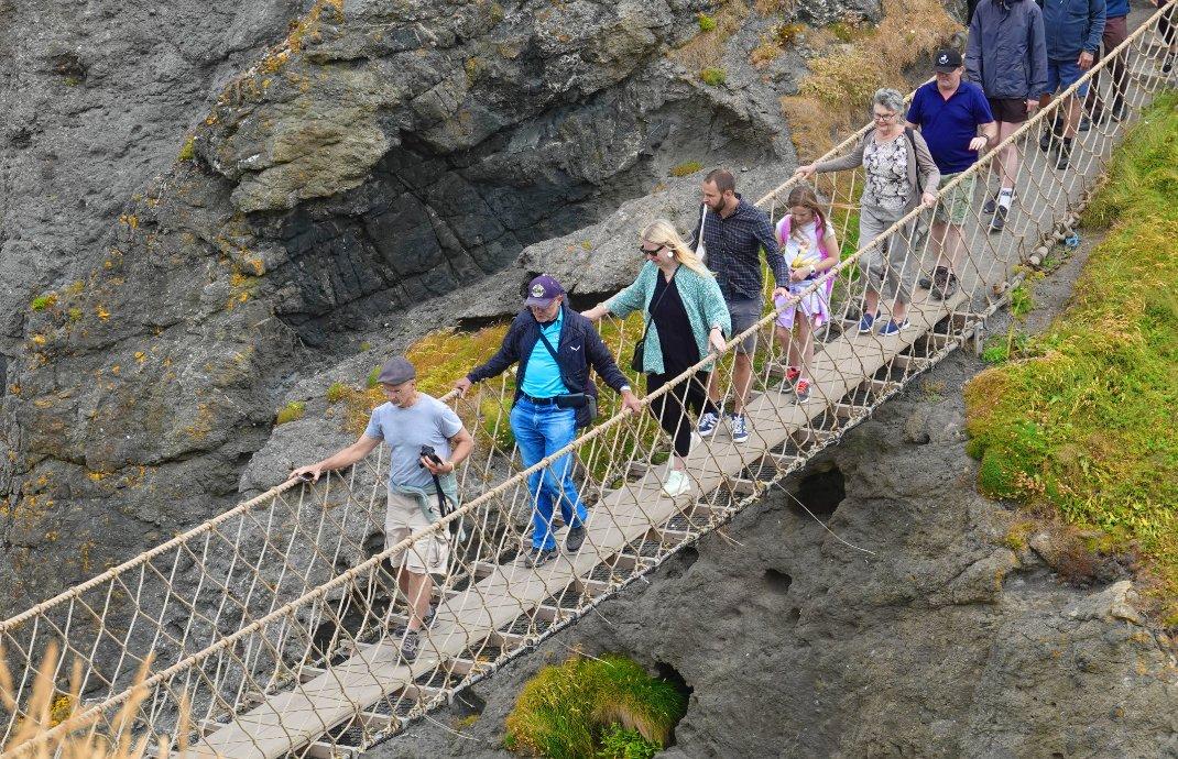 """Frederick auf der """"Rope Bridge"""" (2. von links)"""