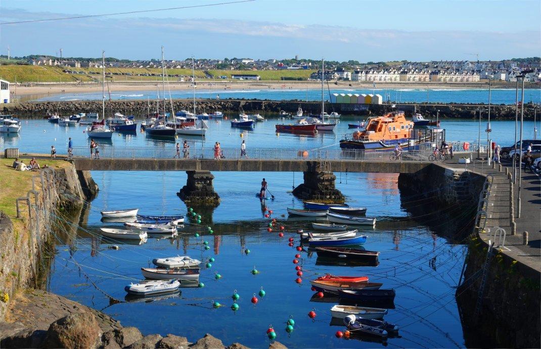 Hafen und Strand in Portrush