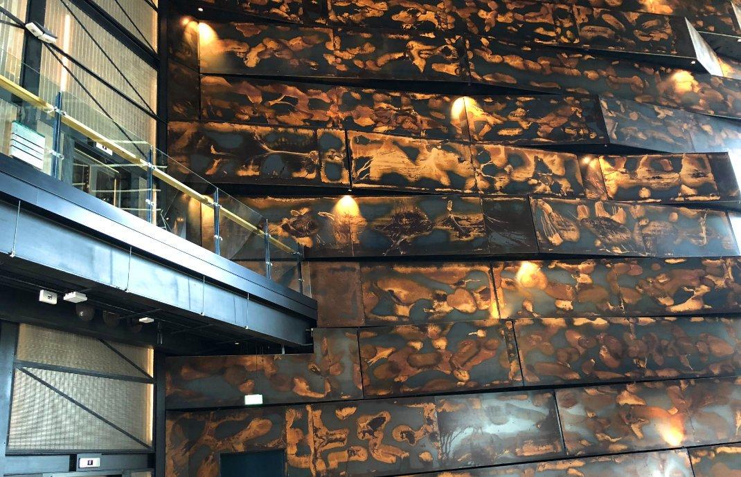 Innenwände des Titanic-Museums, den Stahlplatten des Titanic-Rumpfes nachempfunden