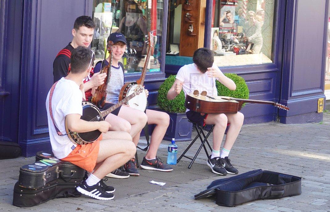 Junge Straßenmusiker