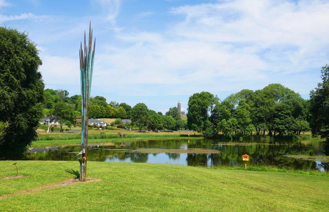 Der schöne Park mit See am Museum