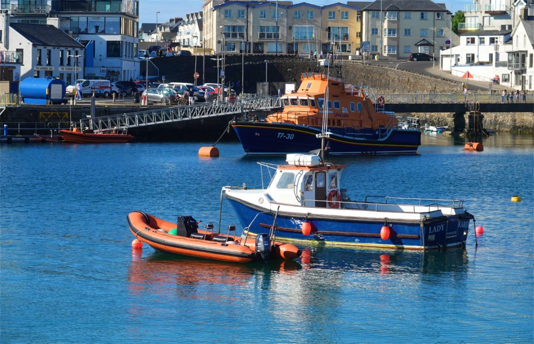 Portrush Hafen mit dem Lebensrettungsboot