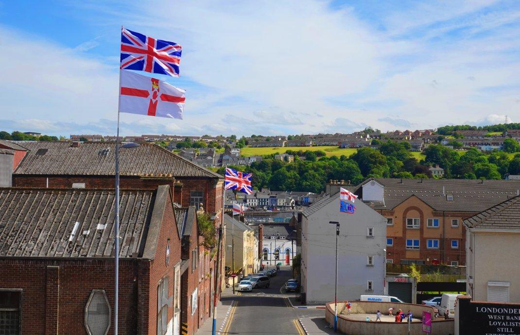 Union Jack und nordirische Flaggen