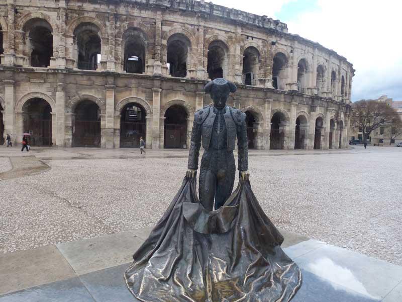 Die Arena in Nîmes mit Stierkämpfer-Statue