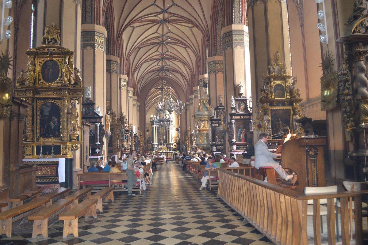 Das Innere der Frauenkirche während des Orgelkonzerts. Der Organist sitzt vorne rechts.