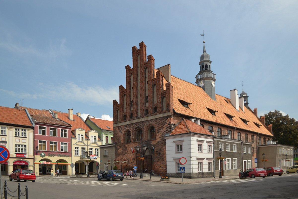 Das Rathaus von Orneta - deutlich zu sehen die grauen Anbauten