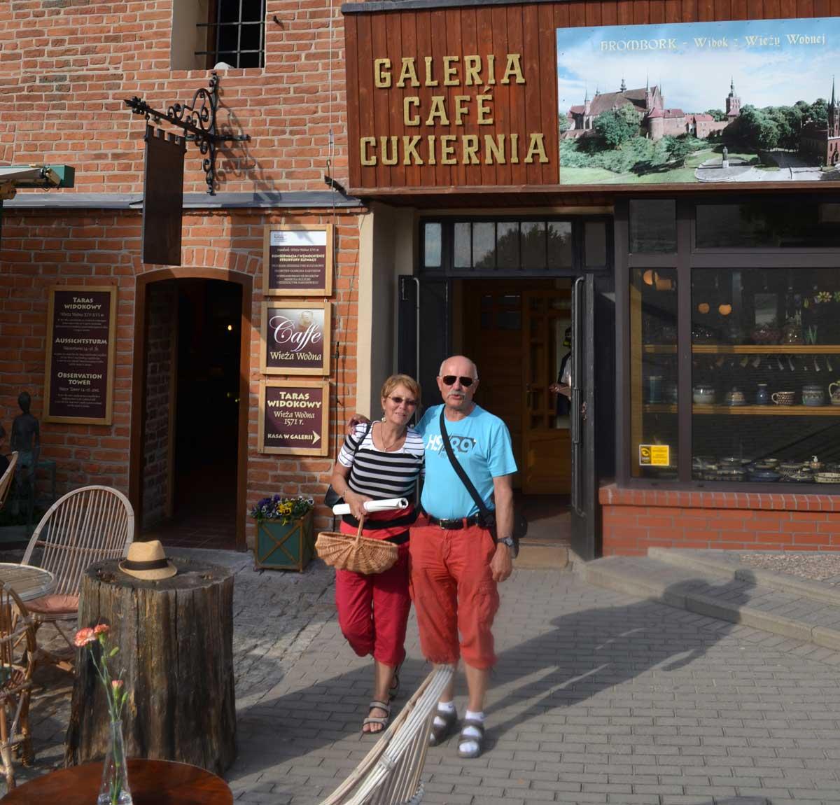 Wir vor dem Café am Wasserturm (links die kleine Tür führt auf den Turm)