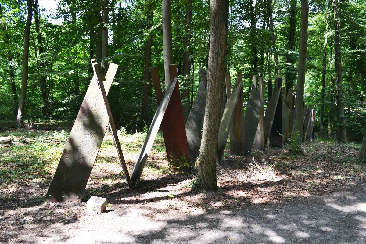 Das Kartenhaus im Wald (Kunst ist im Auge des Betrachters)