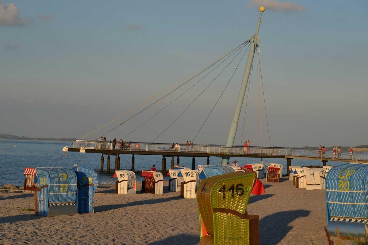 Futuristische Seebrücke Howacht