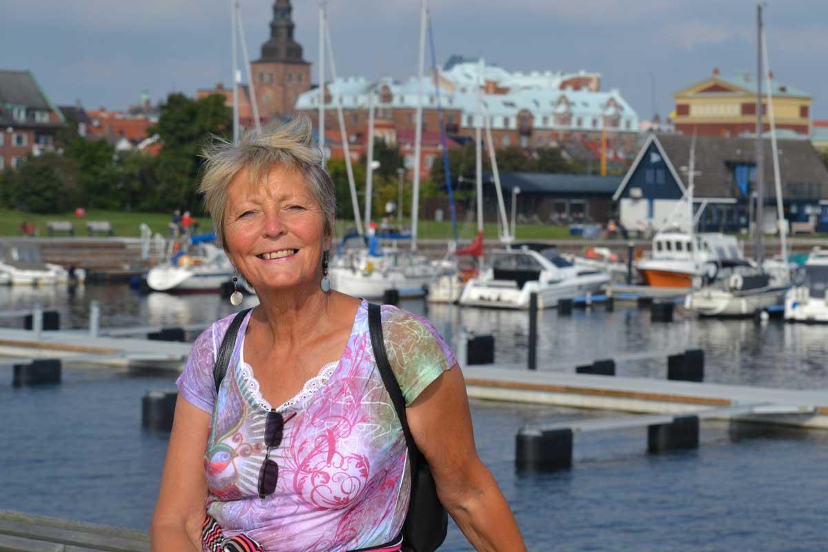 Anne vor der Ystad Hafen- und Stadtkulisse