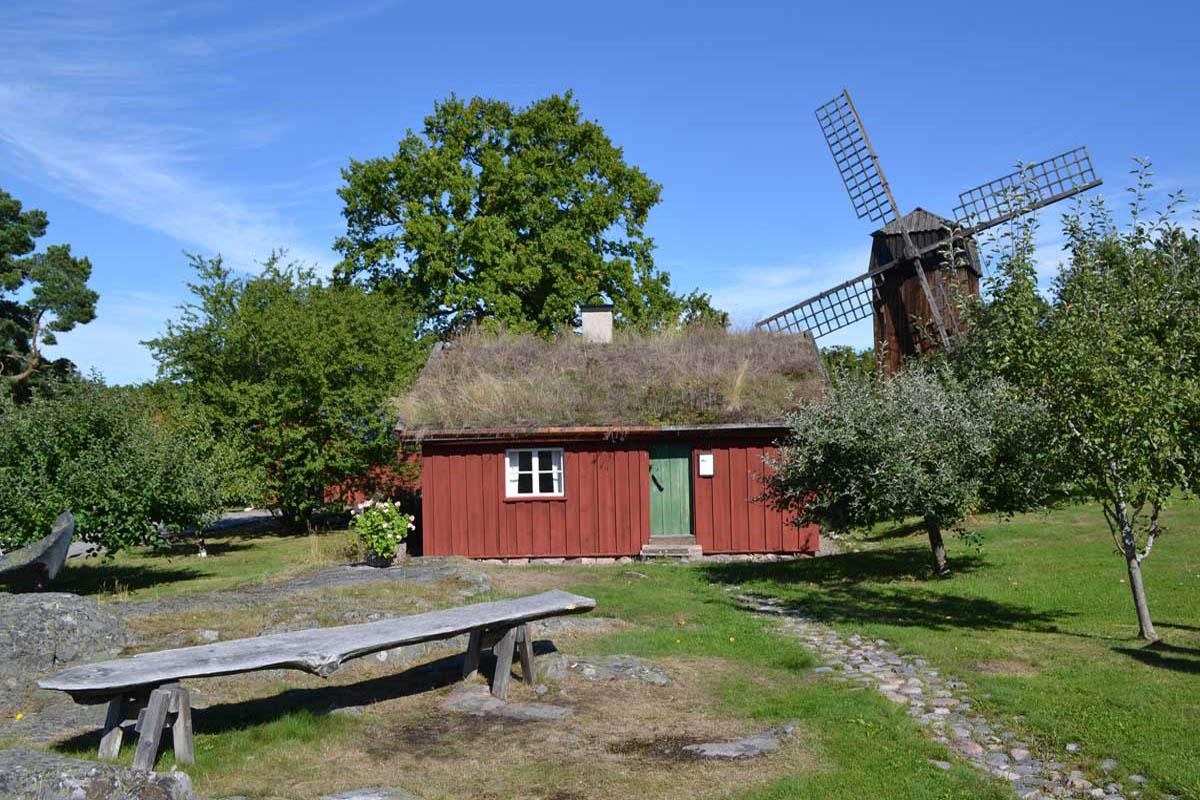 Bauernhaus und Windmühle im Freiluftmuseum