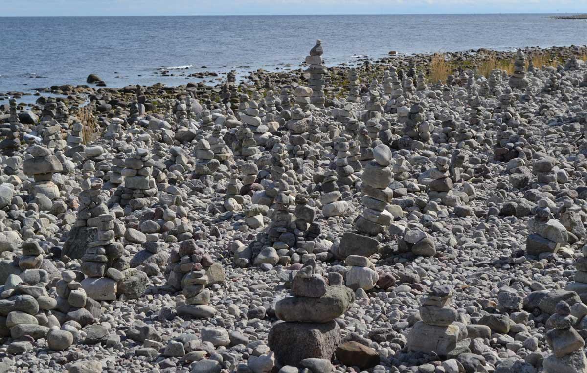 Hunderte von Steinmännchen