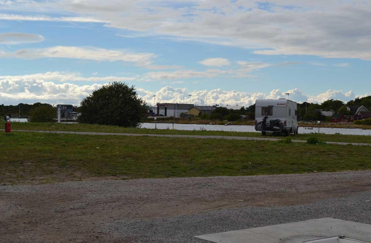 Der neue Stellplatz in Nogersund mit dem kleinen, aber feinen Sanitärgebäude