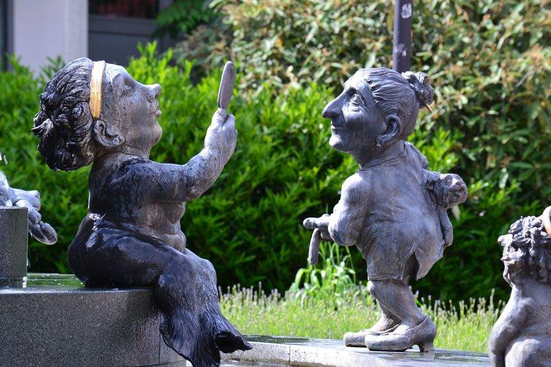 Lustige Kobolde im Springbrunnen