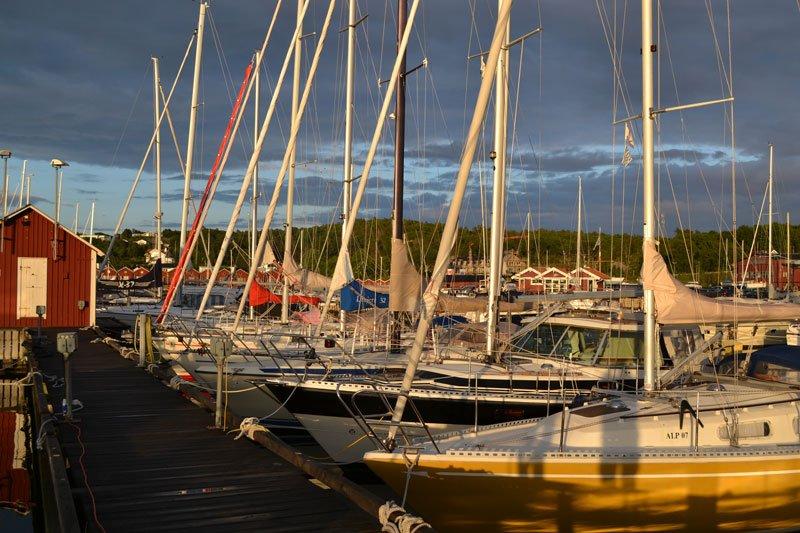 Der Yachthafen von Amundö im Abendlicht