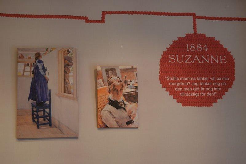 An der Wand die Geschichten der Larsson Kinder - hier Suzanne