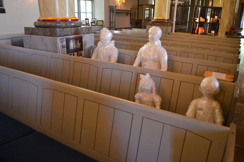 """Skulptur """"Kirchenbesucher"""" aus Frischhaltefolie"""