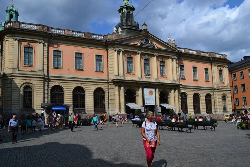 Anne vor dem Gebäude der Nobelpreis-Gesellschaft
