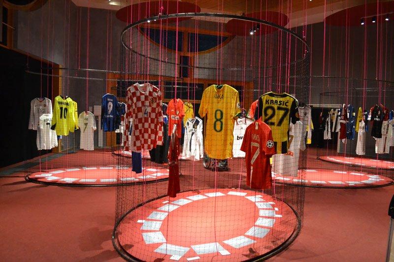 Originell: Ausstellung von Trikots berühmter Fußballspieler