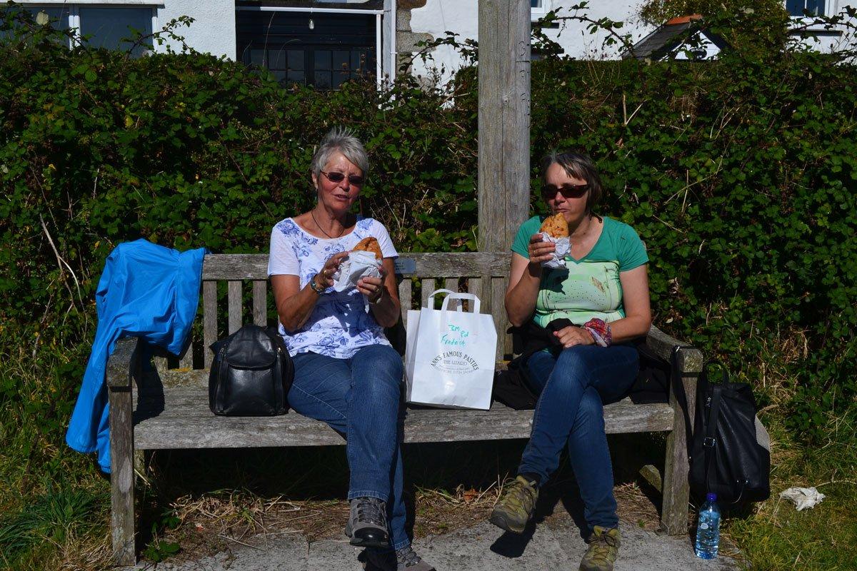Zwei hungrige Wanderer mit Anns Pasties