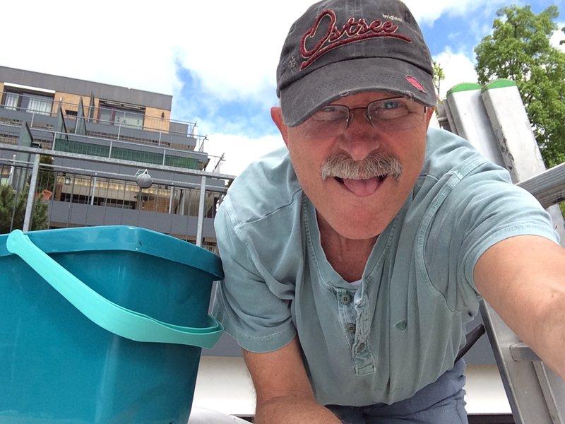 Frederick beim Schrubben des Daches 15.5.2014