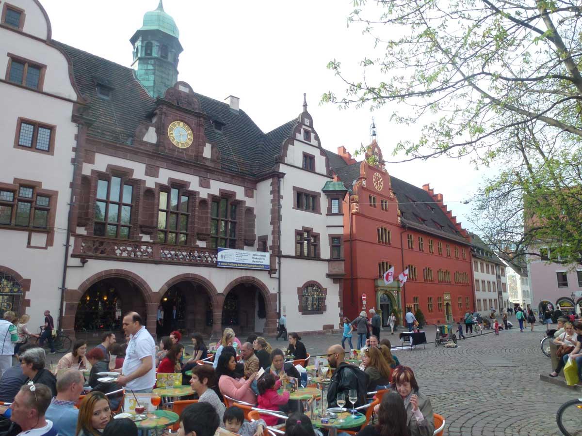 Sommerliche Atmosphäre in der Freiburger Altstadt