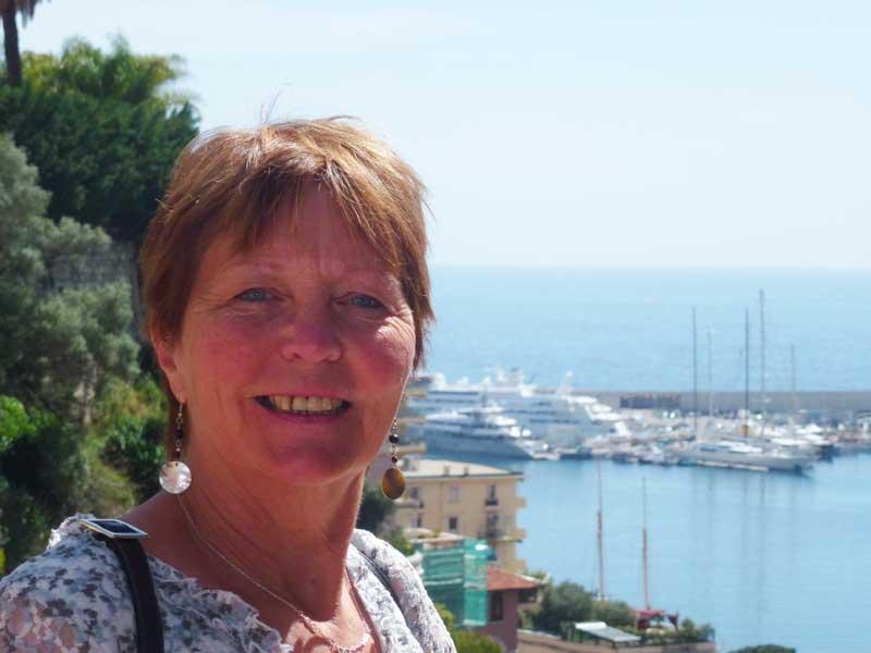 Anne vor dem Monte Carlo Hafenpanorama