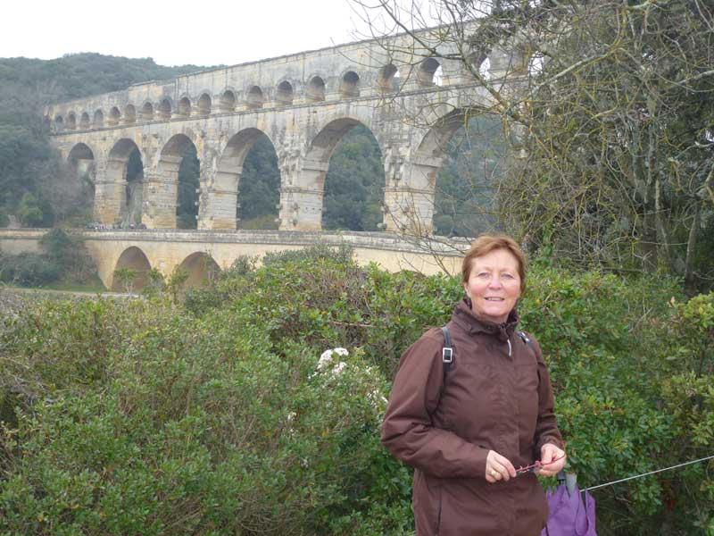 Anne vor der Pont du Gard (bei leichtem Nieselregen)