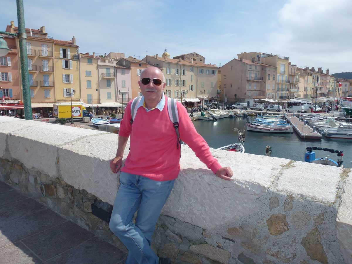 Frederick auf der Hafenmauer in St. Tropez
