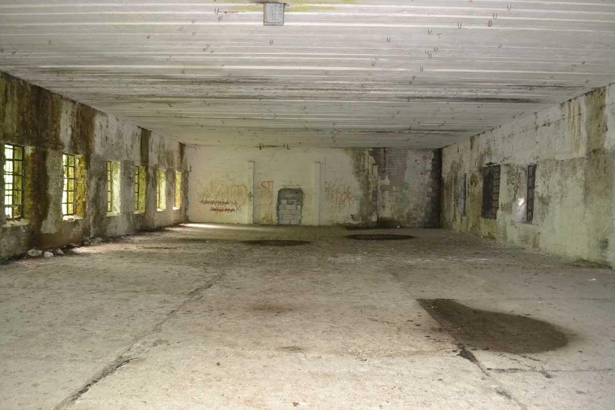 Inneres eines nur zum Teil gesprengten Bunkers
