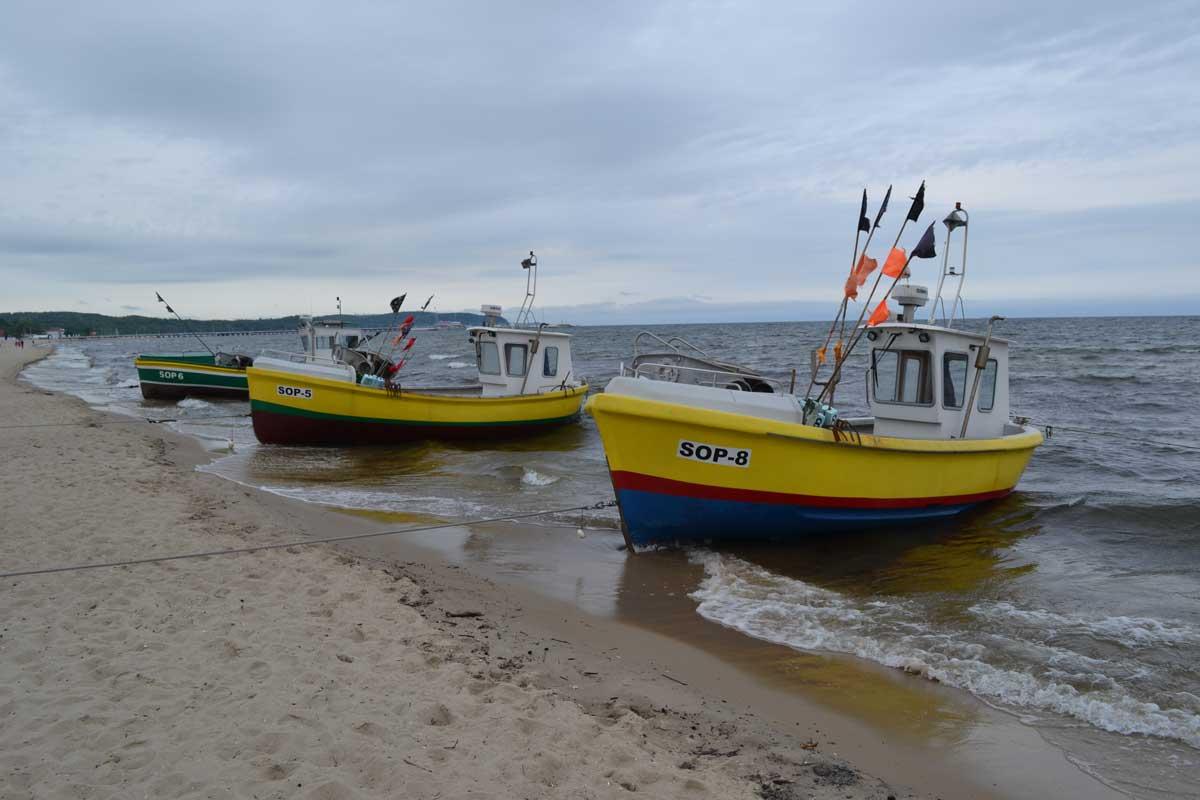 Bunte Fischkutter am Strand