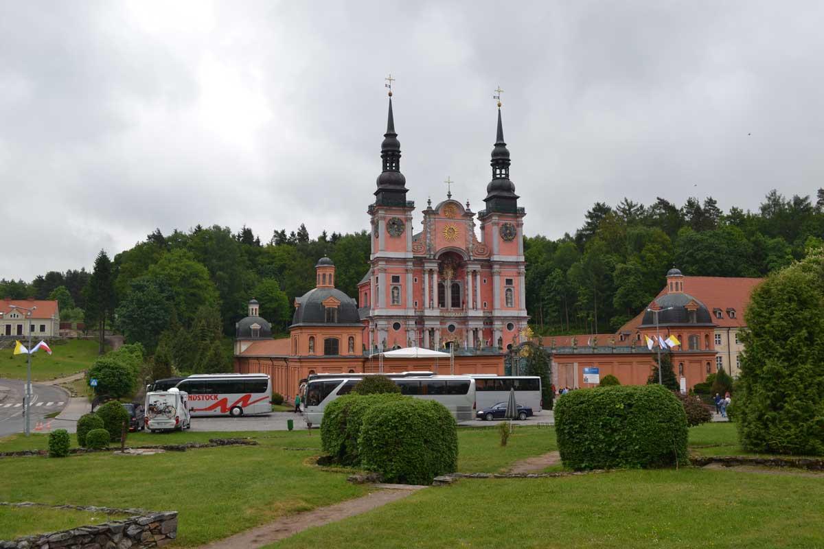 """Kirche der """"Heiligen Linde"""" in Swieta Lipka (unser Wohnmobil vorne links)"""