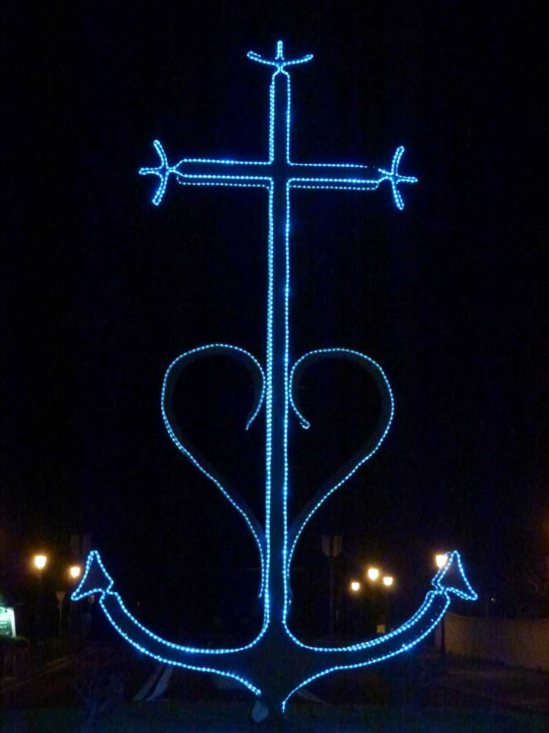 Das Kreuz der Carmague, hell erleuchtet am Eingang von Saints Maries de la Mer