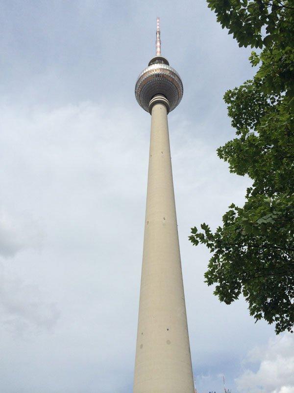 Der 368 m hohe Fernsehturm am Alexanderplatz