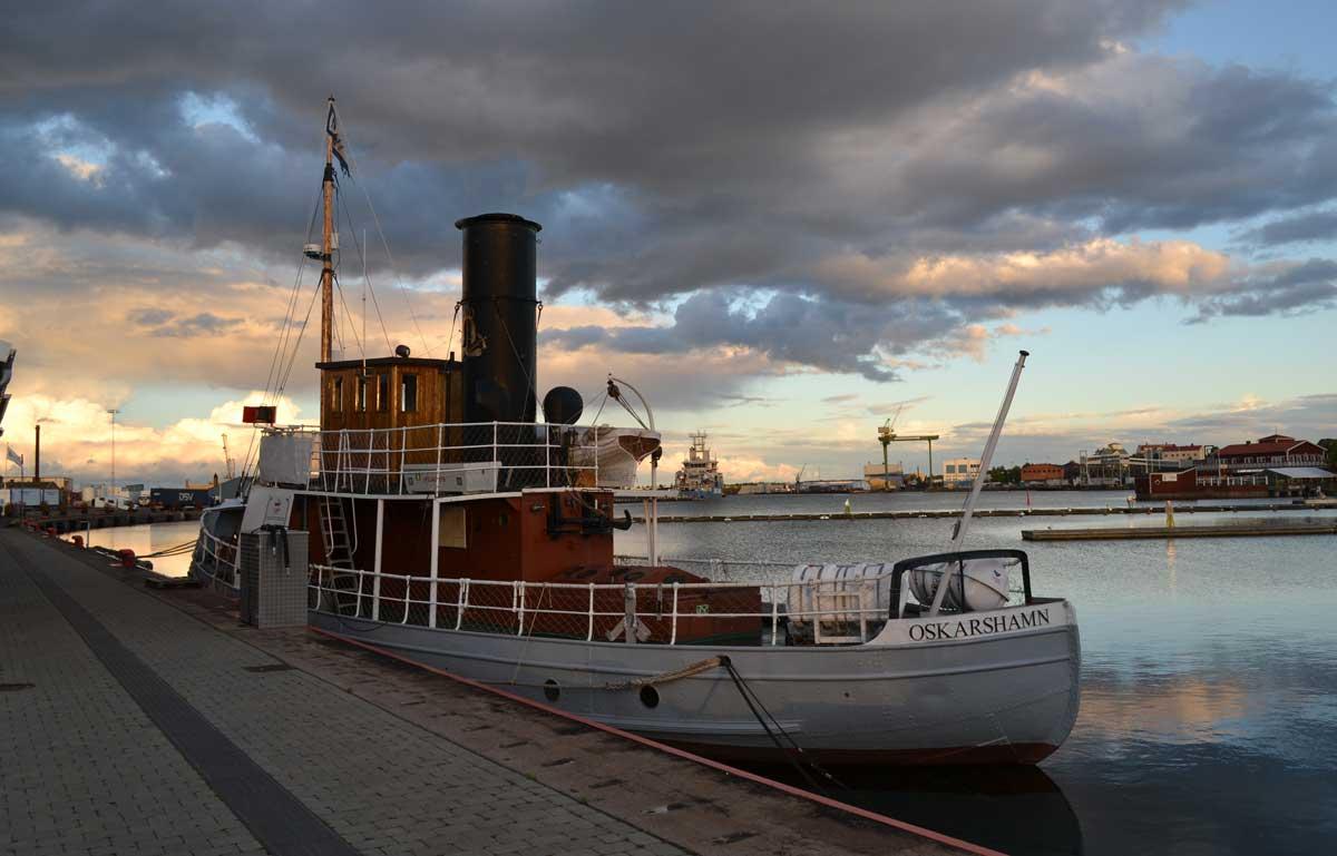 Oskarshamn Hafen in der Abenddämmerung