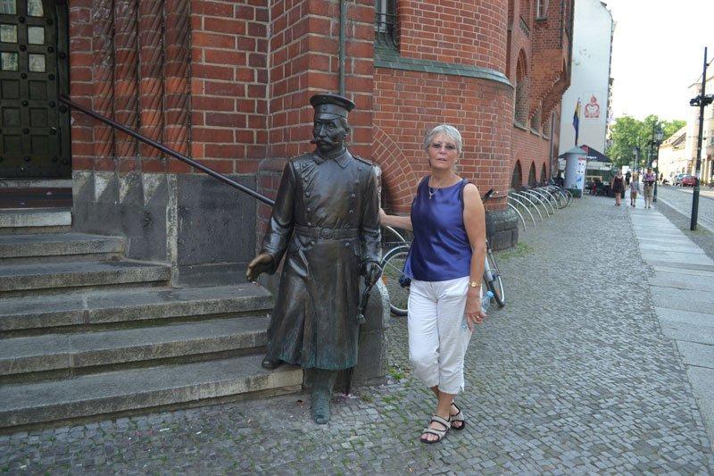 """Anne mit dem """"Hauptmann"""" von Köpenick vor dem Köpenicker Rathaus"""