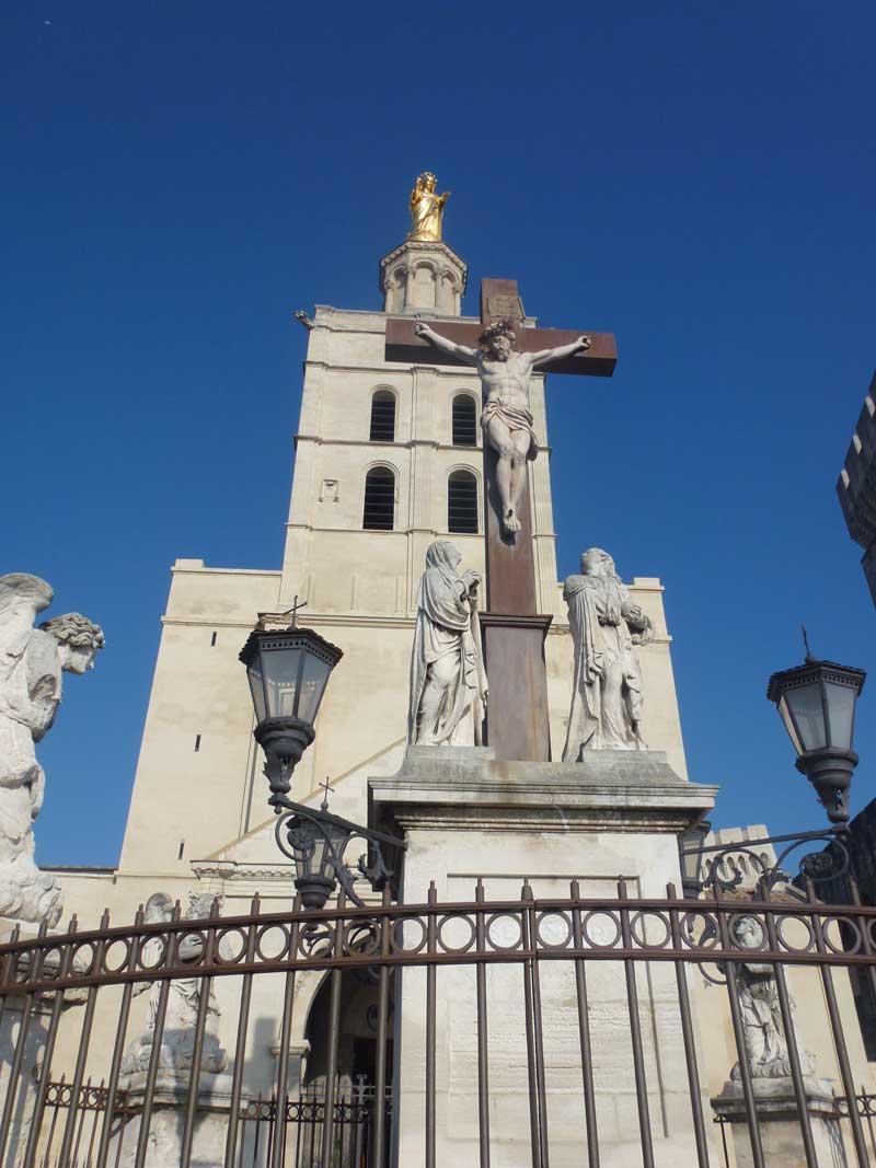 Papstpalast mit Jesus-Statue