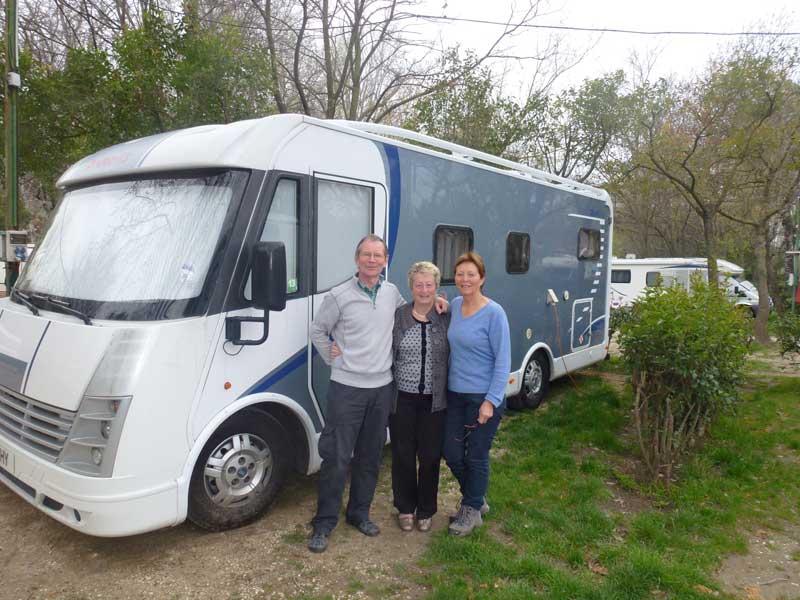 Unsere Nachbarn in Avignon, Kathy und Colin mit Anne vor deren Wohnmobil