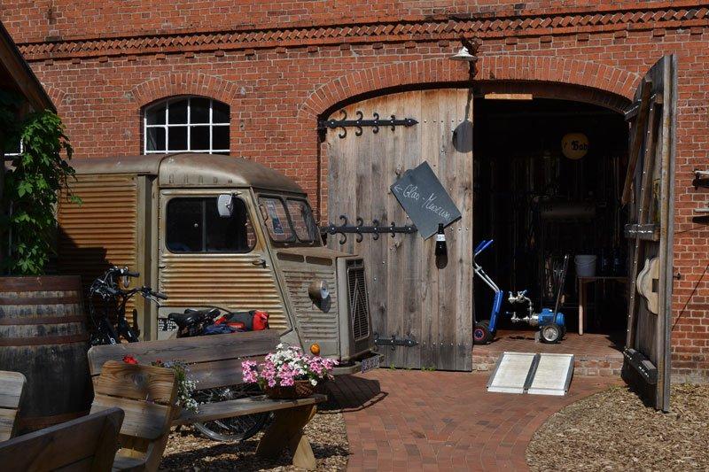 Oldtimer Lieferwagen am Eingang zur Brauerei