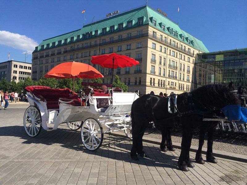 Pferdekutsche am Pariser Platz vor dem Adlon Hotel